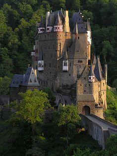 Burg Eltz an der Elz (Linker Nebenfluss der Mosel) Nähe Münstermaifeld, Landkreis Mayen-Koblenz.
