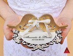 Lindo e delicado porta-alianças em MDF 3mm, personalizável com a mensagem e nomes gravados. VALORES: - MDF cru: R$ 51,00 - Laminado branco e pombinhos dourados: R$ 53,00 MAIOR COM 20 x 19cm (base):R$ 67,00 CORES: MDF cru ou branco para a base e fita de cetim a escolher (nos cons... Ring Holder Wedding, Ring Pillow Wedding, Wedding Rings, Engagement Decorations, Wedding Decorations, Wedding Menu, Elegant Wedding, Bride Shower, Beautiful Flower Arrangements