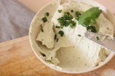 Fromage vegan à tartiner aux herbes prêt en 15 minutes. une dose de noix de cajou (ou une cup si t'es hype et que t'en as) - 2 branches de basilic frais - 2 cuillères de table de jus de citron - 2 cuillères de table de crème de soja - 1 cuillère de table d'huile d'olive - un peu d'eau - sel et poivre