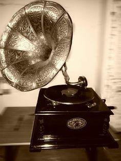 Antique gramophone...beautiful!
