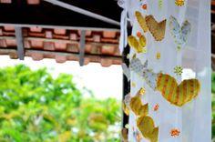Cortina de corações de tecido na decoração do casamento