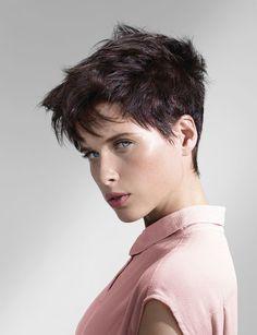 Un effet coiffé/décoiffé Pour obtenir ce look boyish, on travaille ses cheveux avec une poudre texturisante. On l'applique sur les racines avant de les «décoller» du bout des doigts.