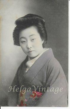 Antique Japanese hand-tinted postcard Geisha portrait, ornate 'obi' belt 1920s' Japanese Colors, Obi Belt, Japanese Geisha, Photo Postcards, Portrait, 1920s, Real Life, Ethnic, Vintage Fashion