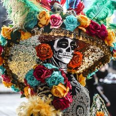 Miss Guanajuato's traditional outfit for Miss Mexico 2020 - 9GAG Halloween Circus, Halloween Cosplay, Halloween Make Up, Couple Halloween, Spirit Halloween, Catrina Costume, Mexico Day Of The Dead, Aztec Culture, Hispanic Culture