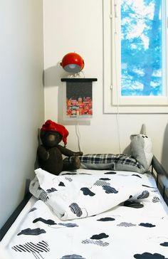 Pilvilakanat, retrolamppu, marimekon kuvasta taulu, nalle ja tonttulakki. Sheets, black and white, red retro lamp.