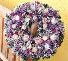 Věnec s bílou Berkheyou Věnec s bělenou jihoafrickou Berkheyou,minirůžičkami,staticí a dalšími sušenými květinami. Velikost 30cm.