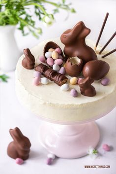 Decorate Easter Cake: Easter Candy Cake with Chocolate Bunny & Egg .- Ostertorte dekorieren: Oster Candy Cake mit Schokohasen & Eiern Decorating Easter Cake: Easter Candy Cake with Chocolate Bunny & Eggs – Nicest Things - Easter Candy, Easter Treats, Easter Eggs, Easter Food, Food Cakes, Baking Recipes, Dessert Recipes, Baking Desserts, Cupcake Recipes