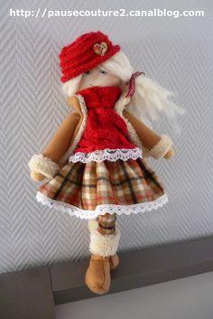 jolie poupée feutrine 50 cm de hauteur