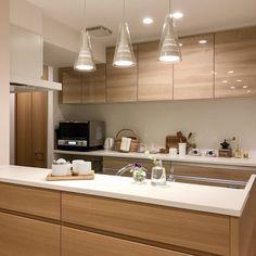 温かみのあるオーク柄で統一されたキッチン Kitchen Shelves, Kitchen Dining, Kitchen Cabinets, Japanese Kitchen, Japanese House, Cafe Interior, Kitchen Interior, Muji Home, House With Balcony