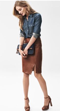 Young Lady in fashionable Denim and brown Leather Skirt Mode Outfits, Skirt Outfits, Casual Outfits, Fashion Outfits, Womens Fashion, Petite Fashion, Fashion Fashion, Fashion News, Looks Camisa Jeans