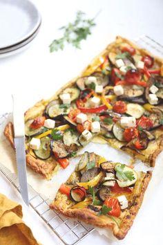 Bladerdeeg plaattaart met groenten en feta Vegan Dinner Recipes, Vegan Dinners, Vegetarian Recipes, Cooking Recipes, Healthy Recipes, Healthy Food, Quiches, Homemade Dough Recipe, Vegan Fish