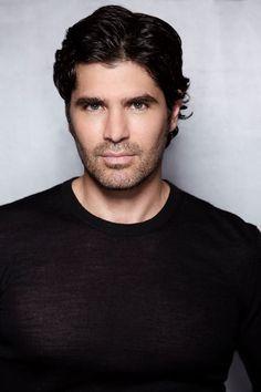 Eduardo Verastegui. Ele é modelo, cantor e ator.