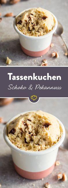 Pekannüsse sind der heimliche Start unter den Nüssen! Beste Voraussetzung, um mit Schokolade und Ahornsirup zu einem schnellen Tassenkuchen zu verschmelzen.