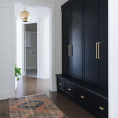 Mudroom builtins that cover up the mess! 🙋‍♀️ yes, please! (That's a piece of black honed granite as the seat too - great for dirty shoes…