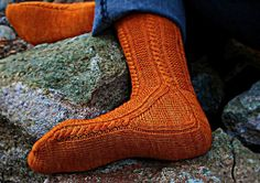 Paper Moon Socks – a free knitted sock pattern by AnneLena Mattison.  Instructions available in English and in German.