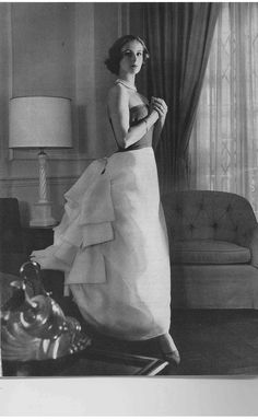 Dolores Guinness wearing Balenciaga for Vogue, May 1956 Vintage Vogue, Vintage Glamour, Moda Vintage, Vintage Beauty, Vintage Outfits, Vintage Gowns, Fifties Fashion, Retro Fashion, Balenciaga