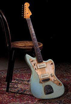 Une Fender Custom Shop de 2012, en mode Heavy Relic Jazzmaster. Retrouvez des cours de guitare sur MyMusicTeacher.fr