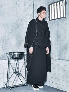 셔츠, 팬츠 모두 가격 미정 크레이그 그린 by 분더샵(Craig Green by Boon the Shop). 블랙로브 가격 미정…