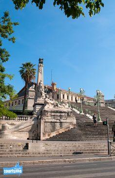 Les escaliers de la gare Saint Charles de Marseille ont une histoire. Costa Magica, Saint Tropez, Places Around The World, Around The Worlds, Cannes, Ville France, Rhone, Saint Charles, French Riviera