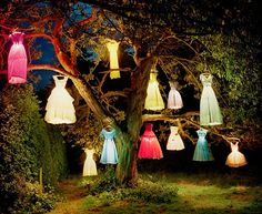 Tim Walker - The dress lamp tree. Exposición Vogue Like a Painting.