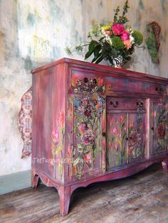 Shabby Chic Furniture In a family room, try to arrange your furniture into centers. Funky Painted Furniture, Decoupage Furniture, Refurbished Furniture, Paint Furniture, Repurposed Furniture, Unique Furniture, Shabby Chic Furniture, Furniture Projects, Furniture Makeover
