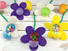 Make these adorable candy-filled Easter Egg Flowers with nothing more than plastic Easter eggs, pipe cleaners, felt, hot glue, and candy. Crafts Easter may sti… Easter Egg Flowers - Candy Filled + Easter Basket for the Gardener Easter Gifts for Some Bun Plastic Easter Eggs, Easter Peeps, Easter Crafts For Kids, Easter Party, Easter Treats, Candy Crafts, Craft Stick Crafts, Crafts To Do, Kid Crafts