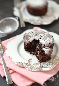Chocolade lava cake: een zacht chocolade cakeje met een kern van gesmolten chocolade. Waanzinnig lekker en met dit makkelijk recept zet jij dit heerlijke gerecht zo op tafel.