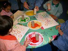 En aquesta sessió de grafisme hem estampat cercles amb tubs de cartró(de paper de W.C). Hem posat un tub en cada plat de pintura(amb difere...