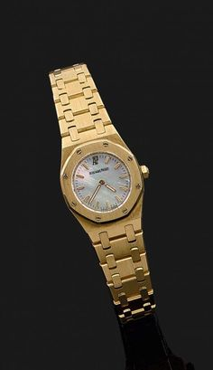 AUDEMARS PIGUET ROYAL OAK LADY ANNÉE 1990 Petite montre bracelet de dame en or jaune. Boîtie