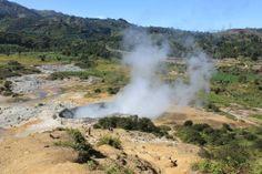 Wisata Alam Kawah sikidang di kawasan obyek wisata dieng