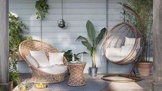 Ambiance lounge et déco tropicale pour cette terrasse aménagée sous le proche devant la maison ! Salon de jardin en rotin combiné à un fauteuil suspendu, le rêve !