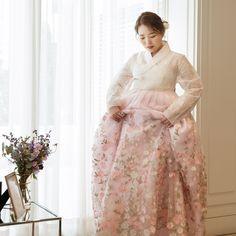 12.1k Followers, 5,032 Following, 681 Posts - See Instagram photos and videos from 비단빔 한복 (@bidanbim) Korean Hanbok, Korean Dress, Korean Traditional Dress, Traditional Dresses, Feminine Style, Formal Dresses, Wedding Dresses, Korean Fashion, Dress Outfits