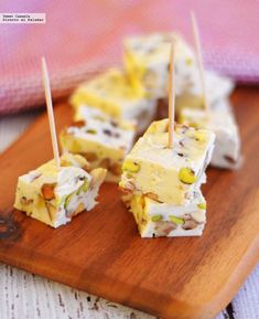 Turrón de queso con frutos secos. Receta Gourmet Dinner Recipes, Raw Food Recipes, Spanish Dishes, Cheese Lover, Tasty Bites, Food Decoration, Mini Foods, International Recipes, Finger Foods