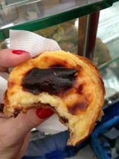 Casa Pasteis De Belem - Rua de Belem 84, Lisbonne - Cette enseigne est une véritable institution. Meilleurs Pasteis au Portugal. Servis tièdes, les pastéis de Belém sont délicieux. La garniture est tendre, pas trop sucrée, la coque craquante. N'oubliez surtout pas de saupoudrer de la cannelle et du sucre glace dessus!  Le comptoir fait à emporter. Il y a souvent énormément d'attente, c'est le bazar. Comptez un peu plus d'un euro par pastel.