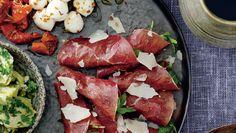 Start middagen med små retter, man kan sidde og nippe til. Stil også en skål gode oliven og italiensk brød på bordet. Her får du opskrifterne på bresaolaruller med artiskokpesto, marinerede artiskokhjerter og mozzarellakugler med tomat og chili
