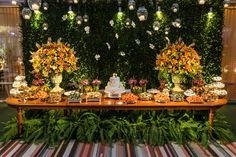 Com muita criatividade, ela faz o simples ser belo. O rústico-chique de Anna Carolina Werneck deixou o MAM de cara nova. Decoração laranja - mesa de doces. Orange flower