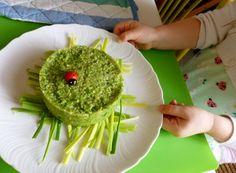La quinoaè una pianta erbacea annuale della famiglia delle Chenopodiaceae, così come gli spinaci e la barbabietola. Proviene dal sud America. Ha molte proprietà nutrizionali. L'Onu ha dichiarato il 2013 come l'Anno internazionale della quinoa. Importante lavarla molto bene sotto il getto d'acqua, per togliere la saponina. Il piatto è vegano e naturalmente senza glutine. Adatto alla alimentazione di grandi e piccini. Dedicato ai bambini che fanno i capricci per mangiare la verdura.