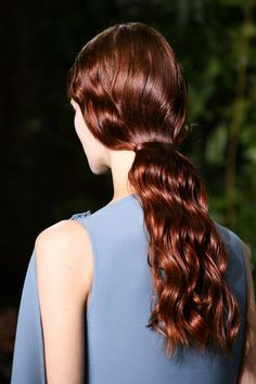 We've seen the updo in all its forms on the Valentino catwalk, whether strict or bohemian, an upgraded ponytail or modern-day Greek goddess inspiration. Elegant Hairstyles, Cool Hairstyles, Pelo Editorial, Hair Highlights And Lowlights, Runway Hair, Hair Arrange, Natural Hair Styles, Long Hair Styles, Hair Game