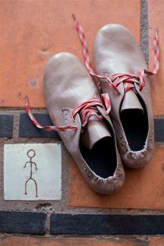 履きやすそうなフラットシューズ。靴ひもで遊んで。