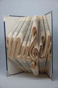 dekoratives, gefaltetes Buch Motiv Musik mit integriertem Notenschlüssel. Die ideale Geschenkidee für alle Musikfans.