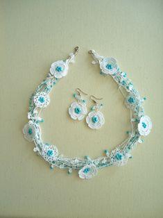 Mavi Beyaz Elişi Çiçekli Kolye Beyaz pamuklu iplerle ve mavi cam boncuklarla hazırlanan bu kolyede, minik minik çiçeklerin.... 347238
