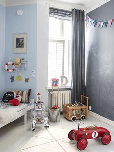 Danielin huoneen liitutauluseinällä on vaihtuva rakettien, eläinten ja autojen taidenäyttely. Myös äiti, isä ja vieraat saavat osallistua viikoittain vaihtuvan näyttelyn ylläpitoon. Kirjakärry on Jaakon lapsuudesta, ranskalainen Vilacin potkuautoklassikko on saatu joululahjaksi Danielin ensimmäisenä jouluna. Toque, Blog, Kids Rugs, Home Decor, Colors, Children, Decoration Home, Kid Friendly Rugs, Room Decor