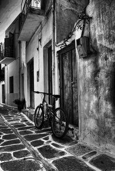 Alley in Paros, Greece * Travel Around The World, Around The Worlds, Black White Photos, Black And White, Abstract Photography, White Photography, Paros Greece, Paros Island, Charcoal Art