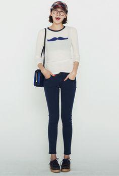티 가운데 블링블링한 장식이 포인트인 유니크한 티입니다.  몸에 감기듯 핏이 살아있고 속옷이 살짝 비치네요.^^  Designer brand by nania, korea  24,000won  http://www.anothernania.com/front/php/product.php?product_no=229&main_cate_no=1&display_group=3
