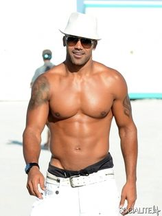 Criminal Minds star Shemar Moore flaunts his toned abs while building a sand castle on Miami Beach on May 2nd, 2012.