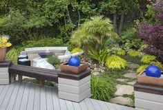 aménagement paysager banc en bois avec palmiers