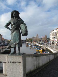 Estátua de salineira na ponte praça sobre a ria de Aveiro, Centro de Portugal, Portugal