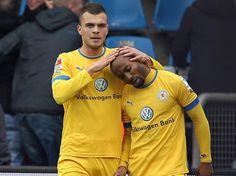 Orhan Ademi (l) streichelt den Kopf von Dominick Kumbela, dem Torschützen zum 1:0-Sieg für Eintracht Braunschweig im Zweitligaspiel gegen den VfL Bochum. (Foto: Kevin Kurek/dpa)