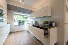 Keukentrend 2017 - zwevende keukenkasten en horizontale, brede keukenkasten en keukenlades. Schuller keuken via Tieleman Keukens