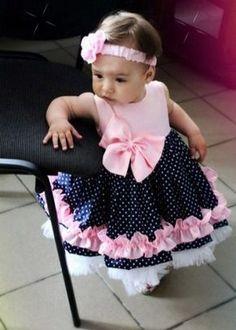 Платье девочек 1 года должно быть красивым и практичным, но при этом оставаться комфортным. Каковы его особенности и как правильно выбрать? С чем носить?